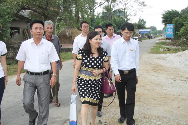 Dược sĩ Lê Thị Bình trực tiếp đến thăm và trao học bổng cho HSSV có hoàn cảnh đặc biệt khó khăn tại tỉnh Thanh Hóa
