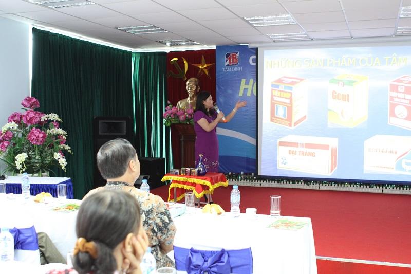 TGĐ Lê Thị Bình giới thiệu các sản phẩm Tâm Bình để các Nhà thuốc hiểu rõ hơn về công dụng, thành phần của sản phẩm