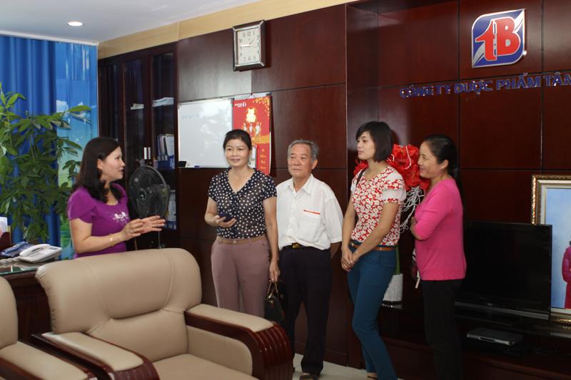 TGĐ Lê Thị Bình giới thiệu các phòng, ban tới các vị khách mời