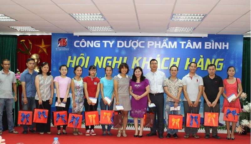 TGĐ Lê Thị Bình vinh danh các Nhà thuốc tiêu biểu có những đóng góp lớn cho Công ty trong thời gian qua