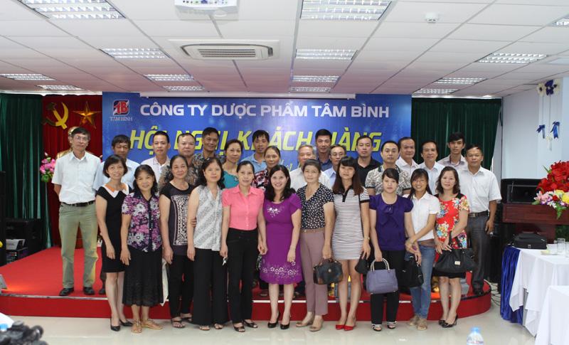 TGĐ Lê Thị Bình chụp ảnh cùng đại diện của các Nhà thuốc trong Hội nghị