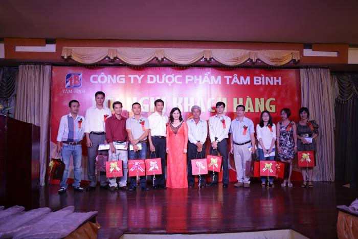 Dược sĩ Lê Thị Bình tặng quà tri ân các nhà thuốc, đại lý