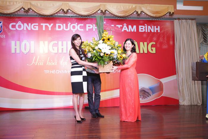 Tổng giám đốc Công ty Quảng Cáo Phượng Tùng tặng hoa chúc mừng Dược Phẩm Tâm Bình