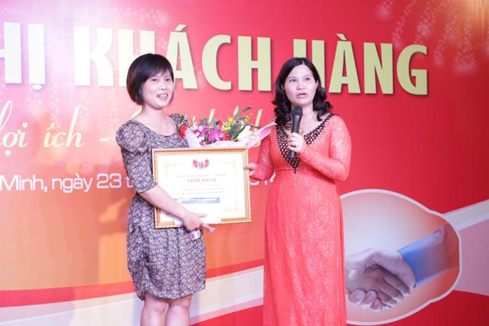 Tổng Giám Đốc Lê Thị Bình đặc biệt vinh danh cho Bà Vũ Thị Lân đại diện Công ty Dược Phẩm Phúc An Khang là đại lý có doanh số lớn nhất cả nước của Dược Phẩm Tâm Bình