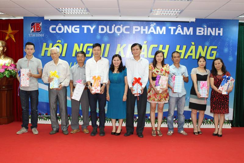 TGĐ Lê Thị Bình chụp ảnh lưu niệm với đại diện của Nhà thuốc có doanh số lớn nhất Quận Hai Bà Trưng
