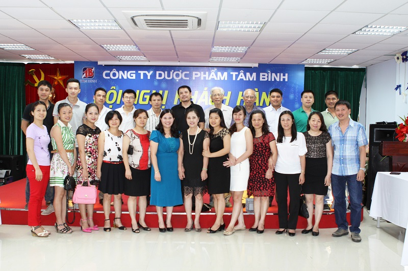 TGĐ Lê Thị Bình chụp ảnh lưu niệm với đại diện của các Nhà thuốc ở Quận Hai Bà Trưng