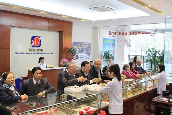 Bệnh nhân mua thuốc tại Nhà thuốc 349 Kim Mã