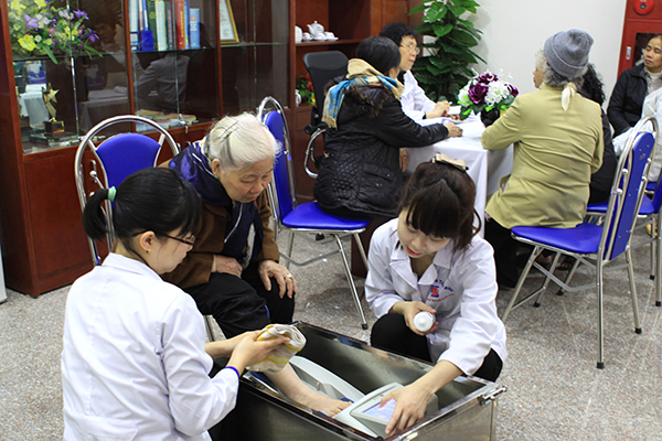Tổ chức đo loãng xương miễn phí nhân dịp khai trương nhà thuốc