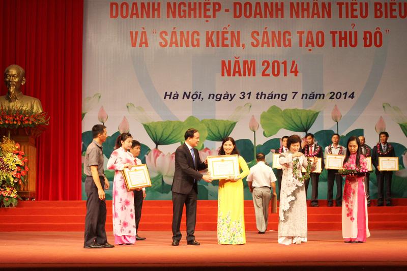 Dược sĩ Lê Thị Bình nhận bằng khen Doanh nghiệp Tiêu biểu Thủ Đô