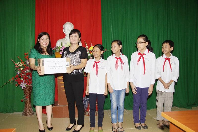 Dược sĩ Lê Thị Bình tặng máy chiếu cho Trường Cù Chính Lan