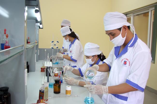 Dược sĩ Bình miệt mài nghiên cứu trong phòng thí nghiệm
