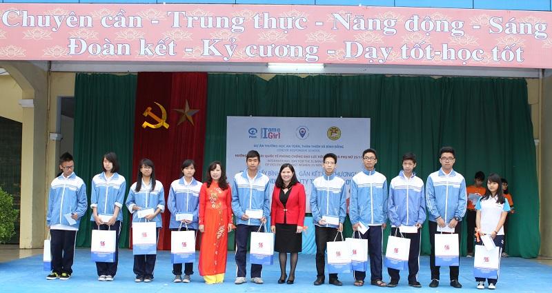 Bà Lê Thị Bình – TGĐ Công ty DP Tâm Bình và Bà Lê Thị Hồng – Hiệu trưởng trường PTTH Cầu giấy trao học bổng cho các em học sinhnghèo vượt khó