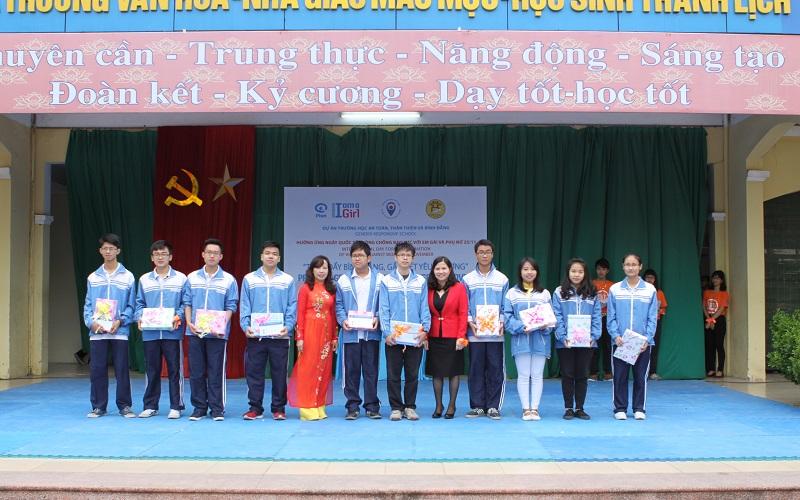 Bà Lê Thị Bình – TGĐ Công ty DP Tâm Bình trao 10 suất học bổng cho các em học sinh giỏi cấp Quốc gia và cấp Thành phố