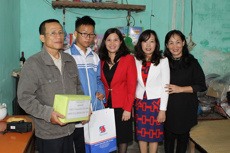 Công ty DP Tâm Bình cùng Ban lãnh đạo trường THPT Cầu Giấy đến nhà thăm hỏi và trao học bổng cho em học sinh có hoàn cảnh đặc biệt khó khăn