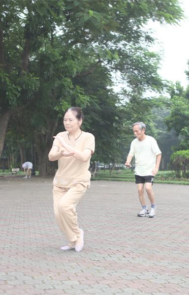 Người già tập thể dục nâng cao sức khỏe giảm thiểu bệnh xương khớp