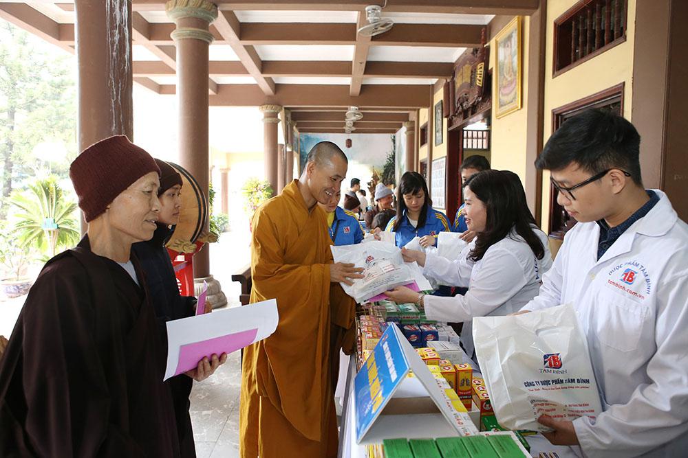 TGĐ Lê Thị Bình phát thuốc tại Thiền viện Sùng Phúc