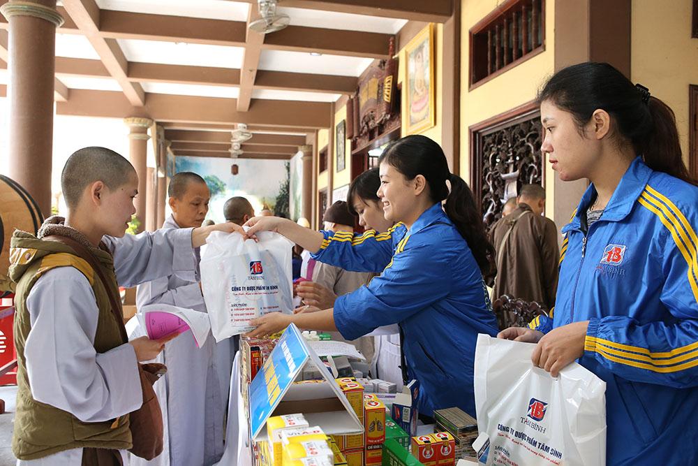 Phát thuốc tại Thiền viện Sùng Phúc