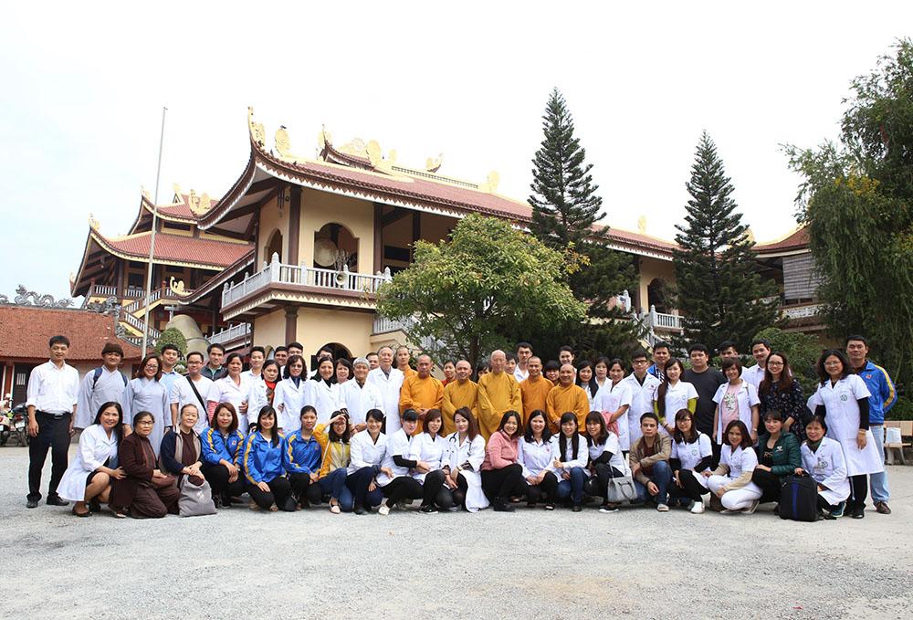Chụp ảnh tập thể tại Thiền viện Sùng Phúc