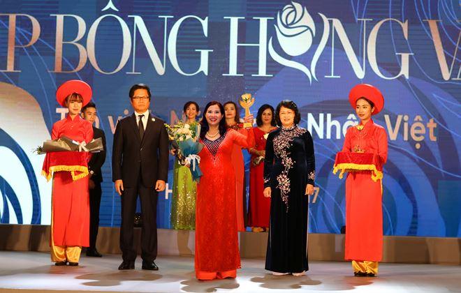 Tổng giám đốc Lê Thị Bình 5 lần nhận cúp Bông hồng vàng tôn vinh những nữ doanh nhân xuất sắc có nhiều đóng góp cho cộng đồng