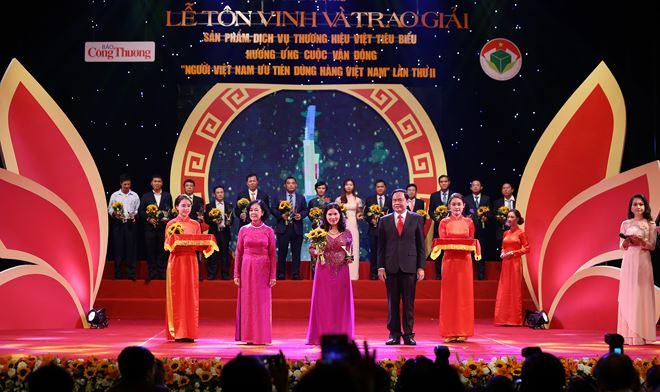 Tổng giám đốc Lê Thị Bình 2 lần được trao Cúp Thánh Gióng tôn vinh 100 Doanh nhân Việt Nam tiêu biểu