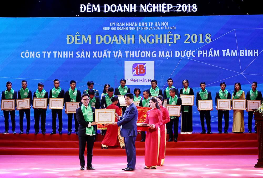 Đại diện Công ty Dược phẩm Tâm Bình nhận Cờ thi đua và Bằng khen của Ủy ban nhân dân Thành phố Hà Nội
