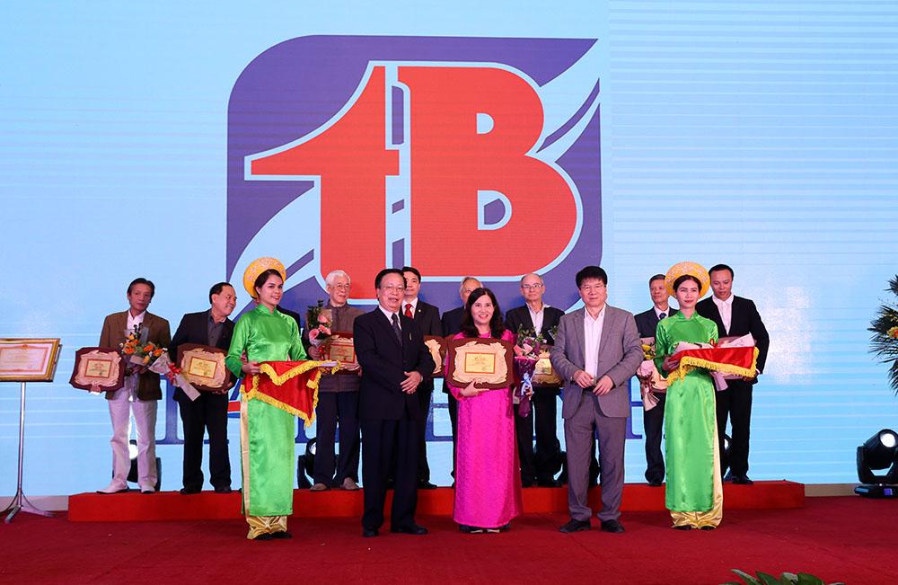 TGĐ Lê Thị Bình nhận bằng khen vì sự nghiệp giáo dục chăm sóc sức khỏe cộng đồng