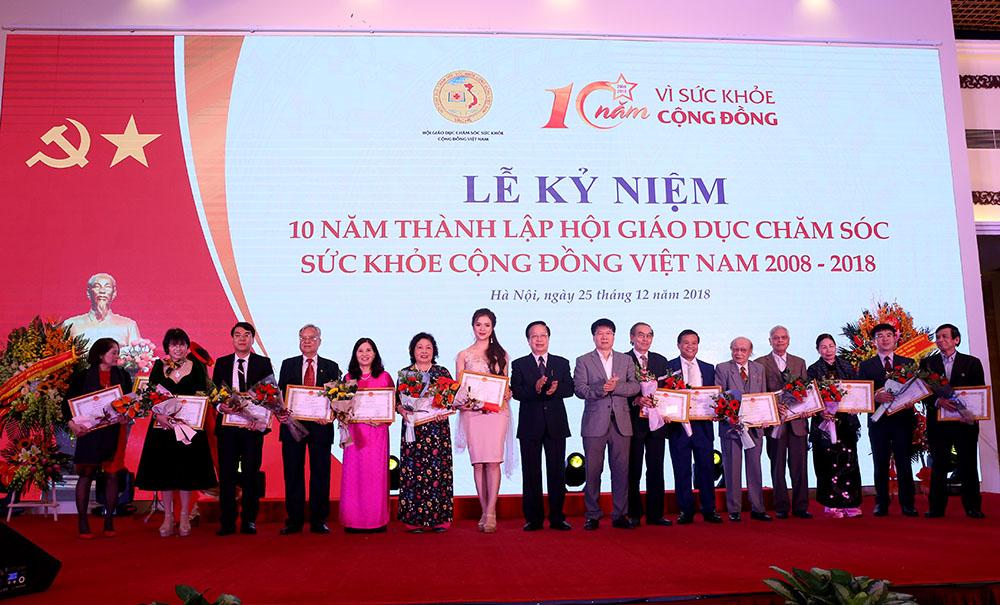 DS.TGĐ Lê Thị Bình và tập thể cá nhân nhận Bằng khen của Bộ trưởng Bộ Y tế