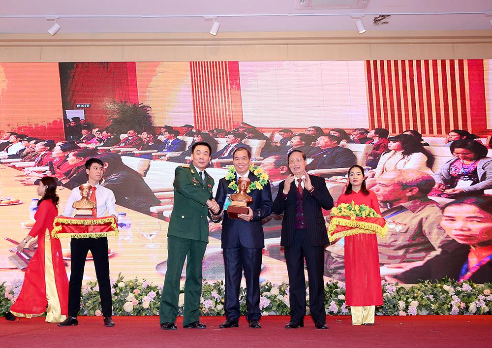 Đại diện Công ty TNHH Dược phẩm Tâm Bình nhận kỷ niệm chương của Báo Cựu chiến binh Việt Nam
