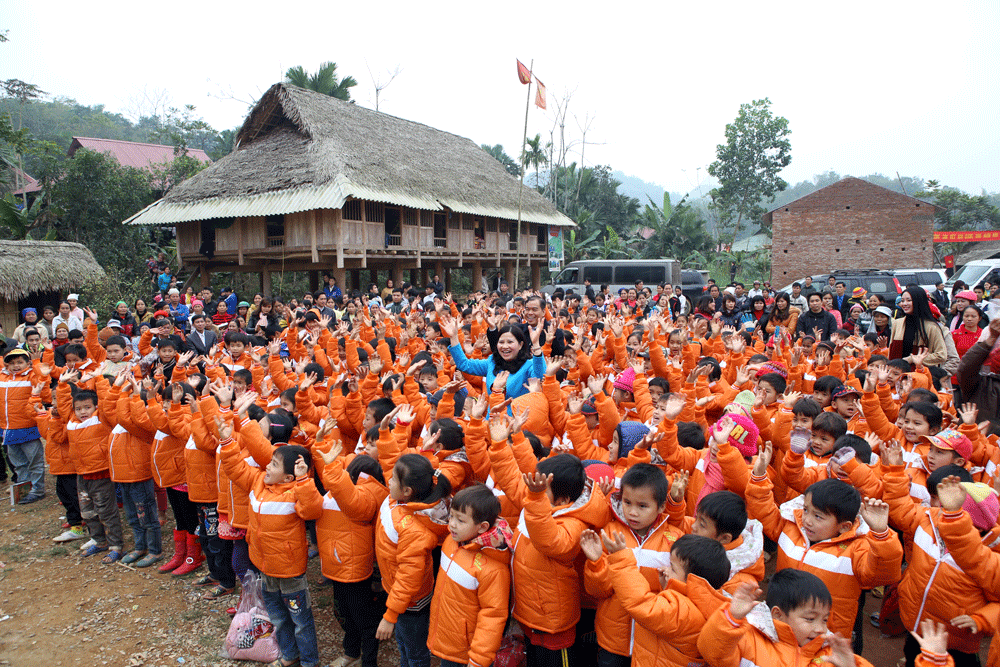 Tặng áo ấm cho học sinh vùng cao