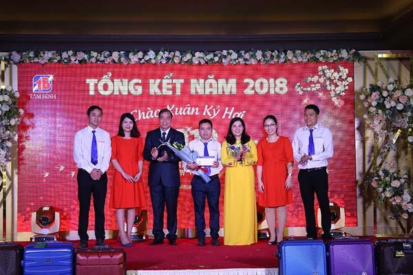 Ban lãnh đạo công ty trao thưởng cho nhà máy