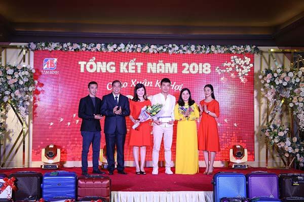 Ban lãnh đạo công ty trao thưởng cho nhóm sản xuất truyền hình