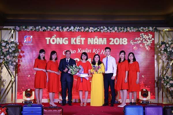 Ban lãnh đạo công ty trao thưởng cho phòng Kế toán
