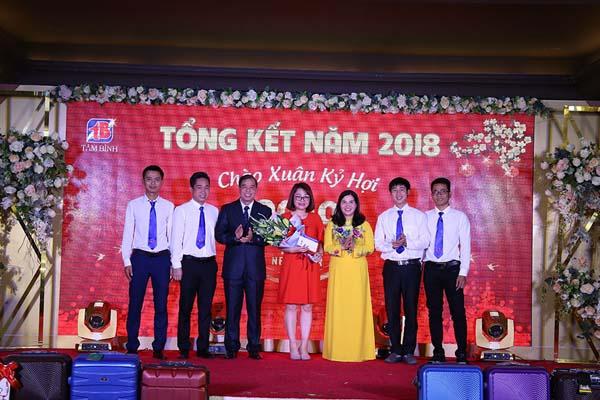 Ban lãnh đạo công ty trao thưởng cho phòng Kinh doanh