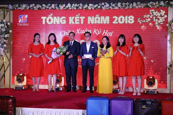 Ban lãnh đạo công ty trao thưởng cho phòng Truyền thông