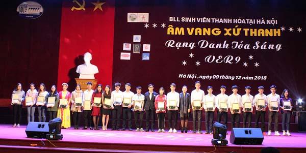 Ông Nguyễn Minh Hoàng – Đại diện Công ty Dược Phẩm Tâm Bình trao học bổng cho sinh viên xuất sắc
