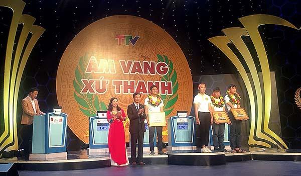 TGĐ Lê Thị Bình trao tặng quà cho thí sinh xuất sắc đạt giải nhì