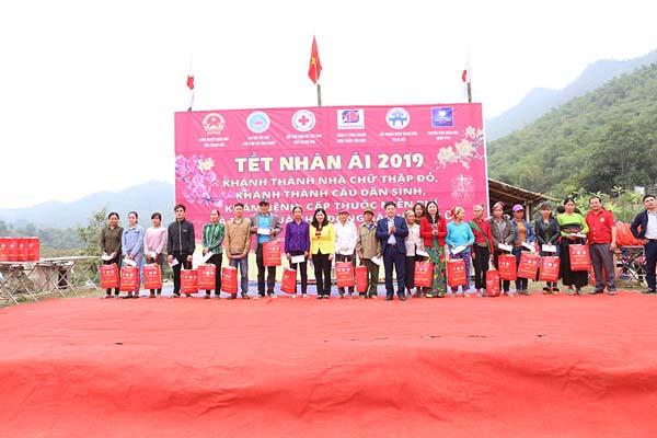 Tổng giám đốc Lê Thị Bình trao quà Tết cho những gia đình có hoàn cảnh khó khăn tại địa phương