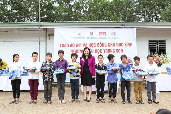 Tổng giám đốc Lê Thị Bình trao học bổng cho các em học sinh nghèo vượt khó tại trường tiểu học Trung Sơn