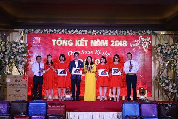 Tổng giám đốc Lê Thị Bình trao thưởng cho các nhân viên xuất sắc năm 2018.