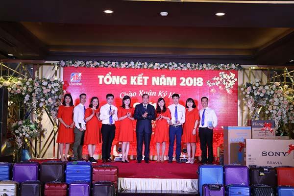 Ông Nguyễn Thế Hùng - Phó Tổng giám đốc công ty kiêm giám đốc công ty Tâm Bình Sài Gòn trao thưởng cho các nhân viên hoàn thành tốt nhiệm vụ năm 2018.