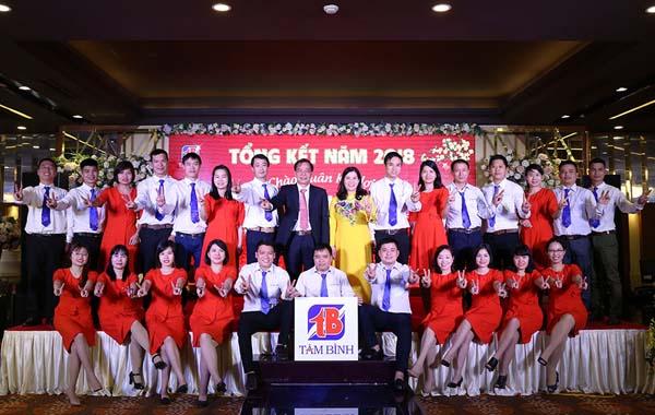 Dược sĩ Lê Thị Bình – Tổng giám đốc Công ty và ông Nguyễn Thế Cường – Phó Tổng giám đốc kiêm Giám đốc nhà máy Tâm Bình cùng các nhân viên khối Nhà máy.