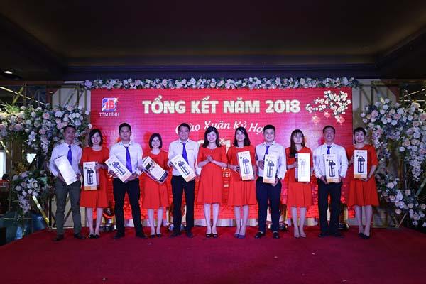 Chủ tịch công đoàn Hoàng Phương trao quà cho đoàn viên công đoàn công ty.