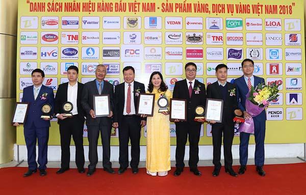 Dược sĩ Lê Thị Bình – Tổng giám đốc Công ty Dược phẩm Tâm Bình cùng các doanh nhân tại lễ tổng kết và trao chứng nhận.