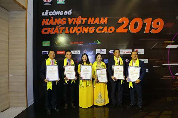 Dược sĩ Lê Thị Bình – Tổng giám đốc Dược phẩm Tâm Bình cùng các doanh nhân tại Lễ trao chứng nhận Hàng Việt Nam chất lượng cao 2019