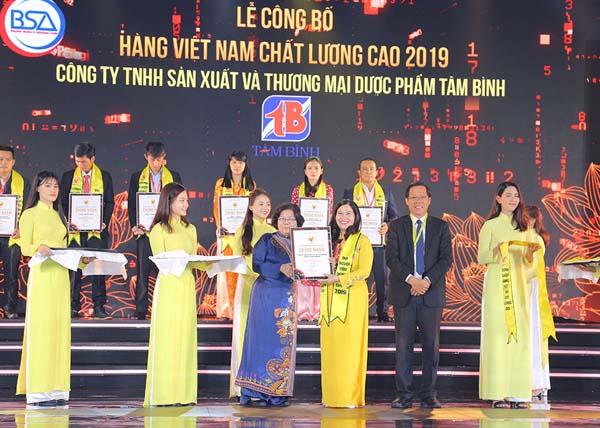 Dược sĩ Lê Thị Bình – Tổng giám đốc Dược phẩm Tâm Bình nhận giải thưởng Hàng Việt Nam chất lượng cao 2019