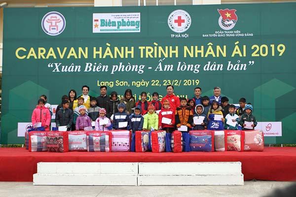 """Thành viên chương trình """"Caravan- Hành trình nhân ái 2019"""" trao quà cho các em học sinh có hoàn cảnh khó khăn vươn lên trong học tập"""