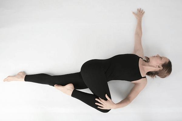 Xoay cột sống giúp cơ giãn cơ lưng