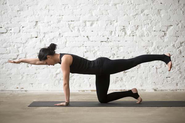 Bài tập nâng chân và cánh tay tác động trực tiếp tới cột sống lưng, giúp giảm đau