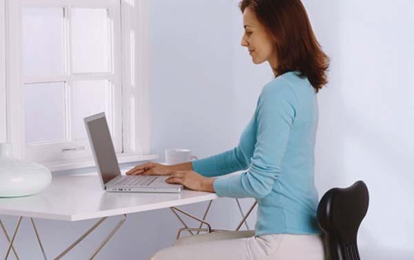 Ngồi thẳng lưng khi làm việc