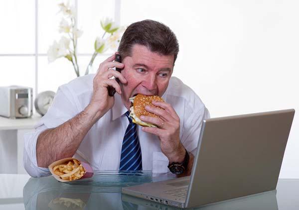 Thói quen vừa ăn vừa làm việc gây rối loạn tiêu hóa